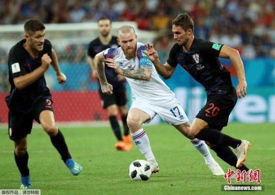 冰岛队贡纳松带球突破。
