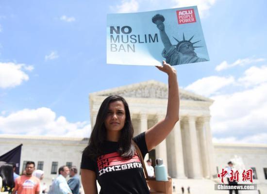 资料图:美国联邦最高法院裁决支持特朗普2017年颁布的移民限制令后,民众在最高法院门口抗议。<a target='_blank' href='http://kv60.com/'>中新社</a>记者 邓敏 摄