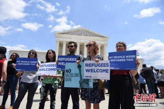 资料图:当地时间6月26日,在美国联邦最高法院裁决支持特朗普2017年颁布的移民限制令后,民众在最高法院门口抗议。中新社记者 邓敏 摄