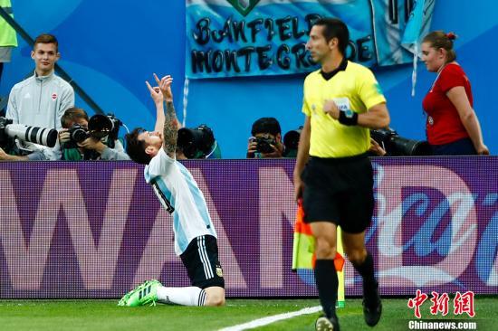 """北京时间6月27日凌晨,2018俄罗斯世界杯D组阿根廷与尼日利亚的""""生死战""""在圣彼得堡新泽尼特体育场打响。梅西、罗霍建功,阿根廷队2-1战胜尼日利亚。中新社记者 富田 摄"""