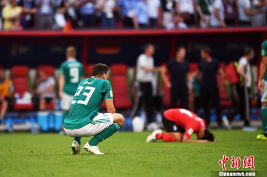 北京时间6月27日晚,2018俄罗斯世界杯F组韩国队与卫冕冠军德国队的比赛在喀山竞技场打响。最终,韩国2:0完胜德国队,卫冕冠军德国队遗憾出局。 中新社记者 田博川 摄