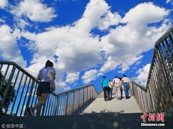 资料图:北京蓝天白云美景。 图片来源:视觉中国