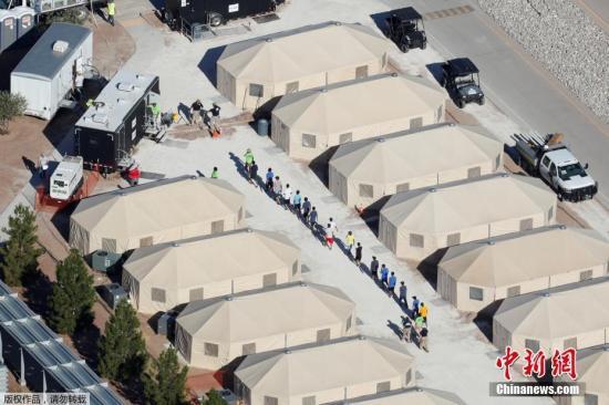 法新社报道,美国现有100多处移民儿童安置点,几乎都达到最大接纳限度。尽管美方宣称帐篷内有空调、条件不差,但不少人批评这仍然无法提供孩子们成长所需的亲情、教育和医疗环境。