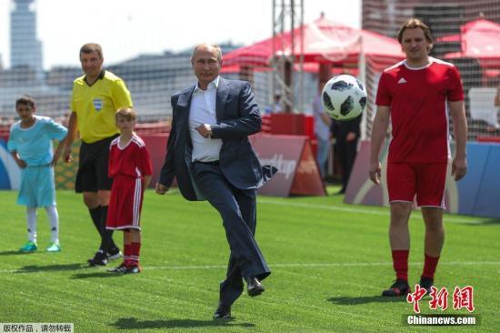 资料图当地时间6月28日俄罗斯总统普京同国际足联主席因凡蒂诺造访了位于莫斯科红场的2018世界杯主题公园。