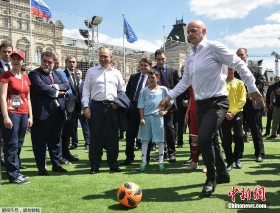 当地时间6月28日俄罗斯总统普京同国际足联主席因凡蒂诺造访了位于莫斯科红场的2018世界杯主题公园。