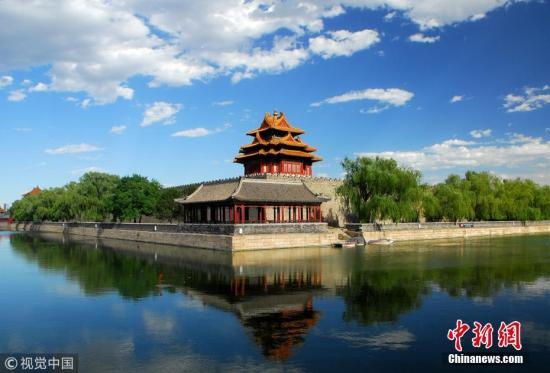 资料图:蓝天白云下的故宫角楼风景如画。 图片来源:视觉中国