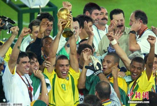 """2002年的夏天属于巴西人,""""三R组合""""在韩日世界杯上大杀四方,决赛中罗纳尔多的两粒进球帮助桑巴军团淘汰德国,如愿捧起大力神杯。但巴西人的欢笑在四年后化作了痛苦的表情。"""