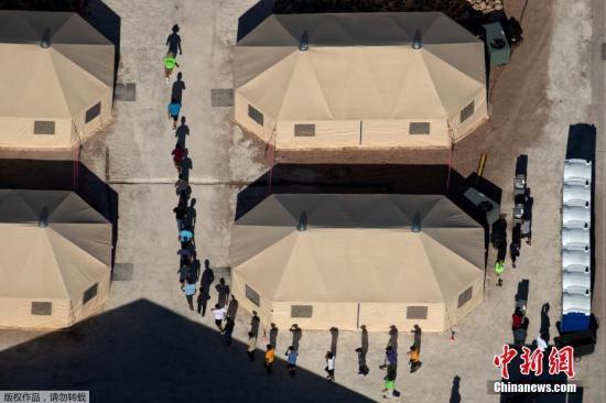 """资料图:位于美墨边境的移民儿童""""帐篷城""""。"""