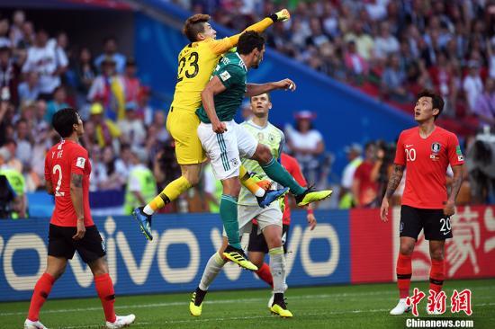 北京时间6月27日晚,2018俄罗斯世界杯F组韩国队与卫冕冠军德国队的比赛在喀山竞技场打响。最终,韩国2:0完胜德国队,在另外一边的比赛中,瑞典3:0完胜墨西哥。瑞典与墨西哥队分列小组第一、第二,携手晋级16强。卫冕冠军德国队遗憾出局。 <a target='_blank' href='http://www.chinanews.com/'>中新社</a>记者 田博川 摄