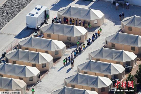 """资料图:当地时间2018年6月25日消息,由于特朗普政府打击非法移民,6周内,大约有2000名儿童在美国南部边境被迫与父母分离。在美国与墨西哥边境地区Tornillo,有一座移民儿童""""帐篷城""""。据悉,数千名被迫与父母分离的移民儿童,被安置在这座""""帐篷城""""内。"""