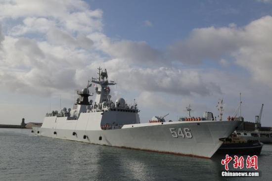 中国海军第二十八批护航编队27日抵达南非开普敦市西蒙斯敦港,开始对南非进行为期4天的友好访问。图为中国海军盐城舰靠港。 <a target='_blank' href='http://www.sray.cn/'>中新社</a>记者 王曦 摄