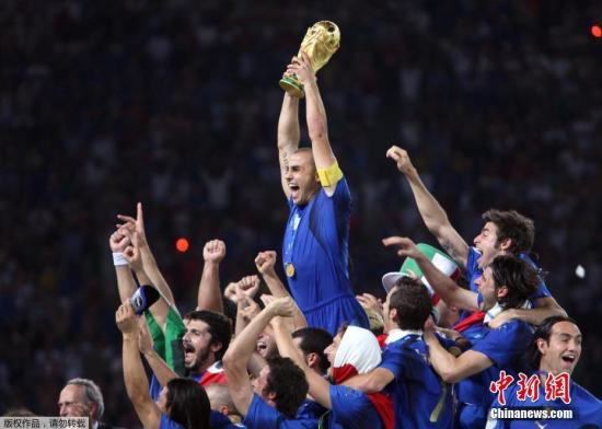资料图:2006年,时任意大利国家队队长的卡纳瓦罗将大力神杯高高举起。