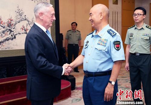 6月28日,中央军委副主席许其亮在北京八一大楼会见来访的美国国防部长马蒂斯。<a target='_blank' href='http://www.chinanews.com/'>中新社</a>记者 宋吉河 摄