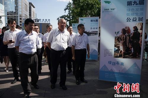 图为与会嘉宾前往王府井大街观看公益展。中新社记者 崔楠 摄
