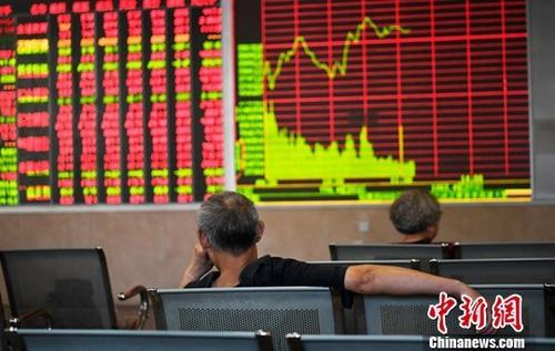 6月28日,成都某证券营业部内的股民关注大盘走势。截至当日收盘,沪指跌0.93%,报收2786点;深成指跌1.06%,报收9071点;创业板跌0.17%,报收1543点。<a target='_blank' href='http://www.chinanews.com/'>中新社</a>记者 安源 摄