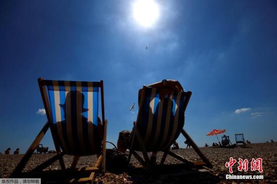 英国度假胜地布莱顿海滩,游客在享受日光浴。