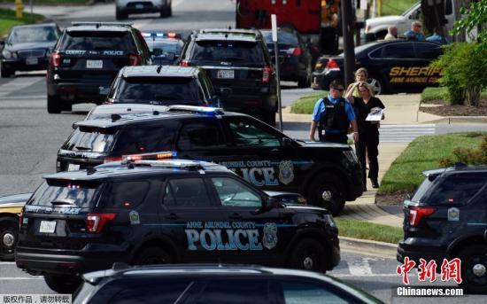 目击者称,枪手在当地时间当天下午3点,透过玻璃门朝Capital Gazette报社里开枪,之后冲到新闻中心朝工作人员射击。