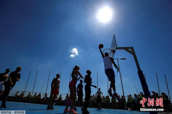 同样是布莱顿海岸,年轻人则选择来一场高温篮球,既能减脂还能美黑。