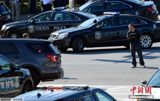 """美国总统特朗普在社交媒体发布推文说,他在从威斯康辛州回到华盛顿的途中了解了枪击的最新信息,并向遇难者及其家属表示哀悼。马里兰州州长拉里?霍根表示,他对于首府发生的枪击感到""""极度悲伤""""。"""