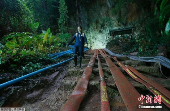 当地时间6月30日,泰国清莱府山区洞穴救援行动仍在加紧进行,来自泰国军警和多国的搜救人员与专家争分夺秒地为失联的12名青少年足球队员和1名教练开出一条回家的路。