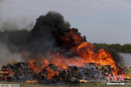 当地时间2018-12-16,巴拉圭亚松森,巴拉圭士兵销毁缴获的14,182公斤大麻。该大麻本计划走私至巴西。