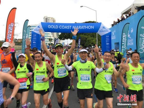 资料图:2018年7月1日,特步特跑族集结204名会员征战2018澳大利亚黄金海岸马拉松,这不仅是特跑族自成立以来最大规模的海外集体参赛,同时也创造了黄金海岸马拉松40年历史上中国跑者的参赛规模之最。本次参赛团由来自中国26个城市的跑友和澳洲华人等共计204名会员组成,活动由澳大利亚黄金海岸旅游局、特步特跑族主办,海南航空、昆士兰州旅游及活动推广局和布里斯班机场协办。图为起跑现场。中新社记者 杜洋 摄