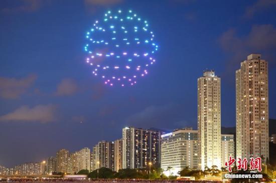 6月30日晚,为庆祝香港回归祖国21周年、国民教育沙田区委员会成立10周年及为第8届沙田节揭开序幕,香港沙田城门河上空举行全港首次100架无人机户外光影汇演。图为无人机在空中组成象征香港的东方之珠图案。<a target='_blank' href='http://www.chinanews.com/'>中新社</a>记者 谢光磊 摄