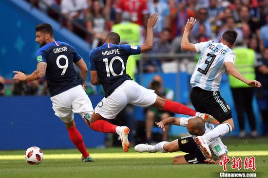 明星云集的法国队。图为法国与阿根廷队比赛中。中新社记者 田博川 摄