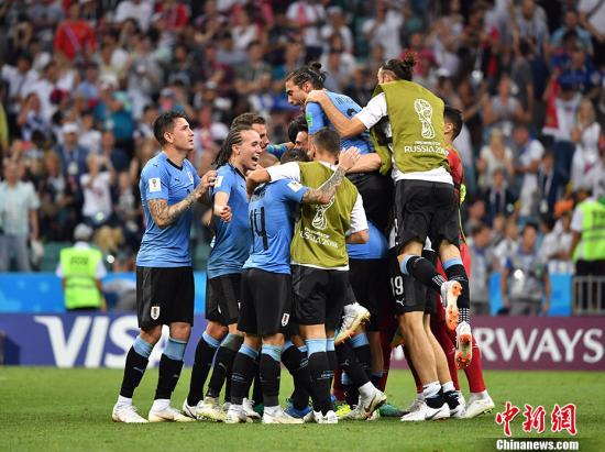资料图:乌拉圭2:1葡萄牙晋级8强,图为乌拉圭队庆祝胜利。 <a target='_blank' href='http://www.chinanews.com/'>中新社</a>记者 毛建军 摄