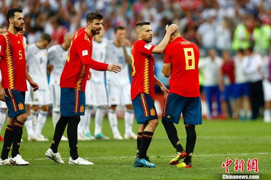 西班牙队科克罚失点球。 中新社记者 富田 摄