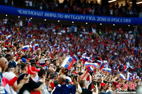 看台上大片的俄罗斯球迷。 记者 富田 摄