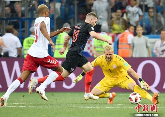 整场比赛,丹麦队守门员小舒梅切尔格外神勇。 中新社记者 毛建军 摄