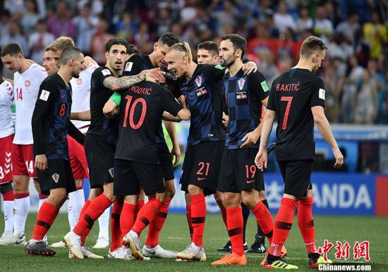 克罗地亚队庆祝踢进点球。 中新社记者 毛建军 摄