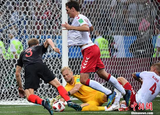 """北京时间7月2日凌晨,2018俄罗斯世界杯1/8决赛克罗地亚对阵丹麦的比赛在下诺夫哥罗德体育场打响。上半场开场仅55秒赞卡为丹麦打入本届世界杯到目前为止的最快进球,曼朱基奇三分钟后为克罗地亚扳平比分,常规时间与加时赛内,双方战成1:1平,比赛再次来到点球大战。最终,在残酷的点球大战中,丹麦队埃里克森、舍内、约根森罚丢点球,克罗地亚点球大战3:2获胜,丹麦队遭到淘汰,""""格子军团""""克罗地亚成为第四支晋级8强的队伍,他们将在接下来的1/4决赛中面对东道主俄罗斯。 中新社记者 毛建军 摄"""
