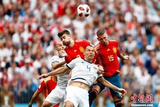 """在点球大战中,西班牙队科克、阿斯帕斯罚丢点球,最终,""""斗牛士""""西班牙遭到淘汰。 中新社记者 富田 摄"""