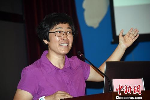 7月2日,中国地震局地球物理研究所研究员、北京国家地球观象台台长李丽现场答辩,竞聘中国地震局地球物理研究所所长。当天,中国地震局地球物理研究所所长全球招聘在北京举行现场答辩,经过筛选,地球物理研究领域共有4位中外知名专家学者参加答辩,李丽也是进入答辩环节的唯一一位女性专家。中新社记者 孙自法 摄