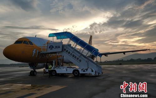7月2日晚19时15分,随着一阵飞机发动机轰鸣声,新加坡酷航执飞的TR112航班飞机安全降落南昌昌北国际机场,这标志着新加坡酷航成功首航南昌昌北国际机场,这也是江西首次开通南昌直飞新加坡的国际航线。<a target='_blank' href='http://www.chinanews.com/'>中新社</a>发 章涛 摄