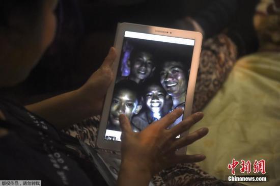 泰国有传媒收到部分失踪小球员获救后的最新照片。