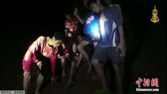 2018年7月3日消息,7月2日晚10:30左右,13名失联泰国足球队员已经被救援队陆续救出,目前正在送往医院途中。