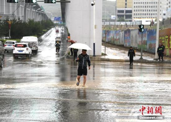 资料图:市民涉水出行。<a target='_blank' href='http://www.chinanews.com/'>中新社</a>记者 马铭言 摄
