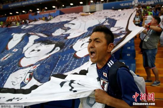 巨型的大空翼在世界杯的看台上出现,这一切如同漫画中的情节。这种热血的场景,也让很多从小看《足球小将》长大的球迷倍受感动。