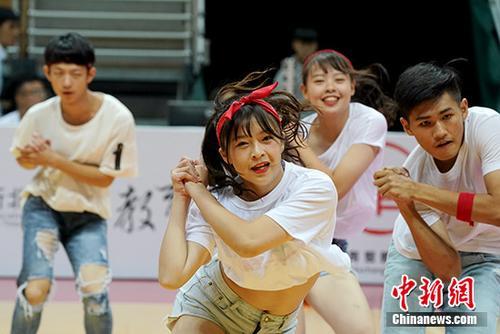 7月2日晚,2018海峡杯青年篮球邀请赛在台湾新北市举行,来自两岸的34支队伍参赛。本次邀请赛为推动两岸青年篮球运动,增进两岸青年交流,提升彼此的技能与友谊。图为台湾青年在开幕式上表演舞蹈。 <a target='_blank' href='http://xhme8.com/'>中新社</a>记者 张宇 摄