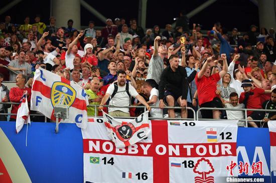 观赛过程中,激动的英格兰球迷。 www.uthug.com 公爵娱乐记者 毛建军 摄