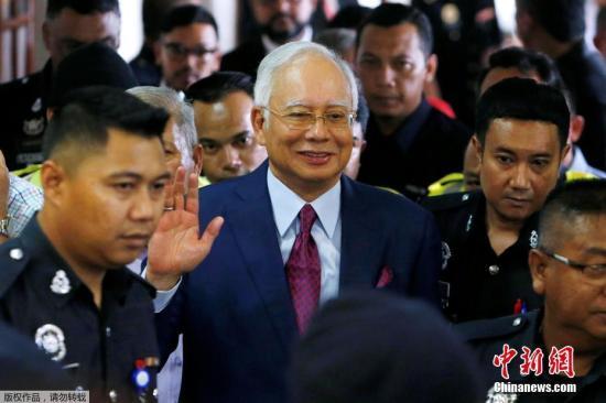 当地时间7月4日,马来西亚前总理纳吉布在结束庭审后离开法院。当地时间4日上午,马来西亚前总理纳吉布抵达吉隆坡法庭,对4项指控拒绝认罪。据《联合早报》报道,马来西亚高级法院法官裁定,纳吉布最终获准以100万令吉(约164万人民币),外加两名担保人存在的情况下保外候审。同时,法院也要求其上交国际护照。