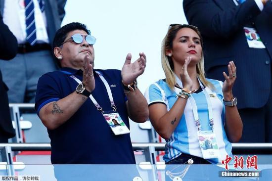 资料图:马拉多纳与比自己小30岁的女友罗西奥・奥利瓦共同观看阿根廷的比赛。