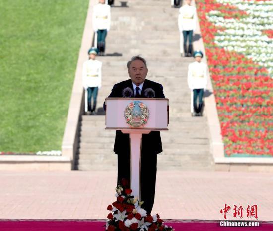 7月4日,哈萨克斯坦总统纳扎尔巴耶夫在首都阿斯塔纳中央公园出席升国旗仪式,并向全国人民致以阿斯塔纳建都20周年祝贺。<a target='_blank' href='http://www.chinanews.com/'>中新社</a>发 哈通社供图
