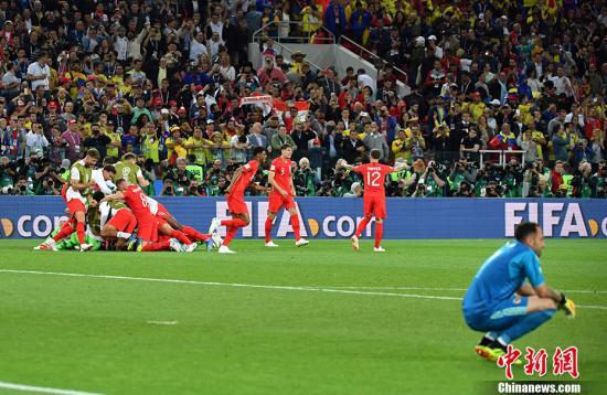 英格兰队与哥伦比亚对战后,庆祝成功。 www.uthug.com 公爵娱乐记者 毛建军 摄