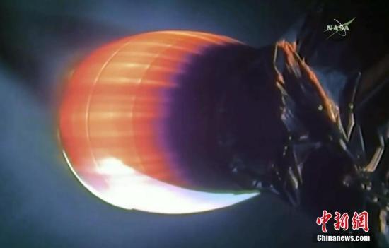 """資料圖:""""龍""""號貨運飛船與國際空間站對接。(視頻截圖)"""