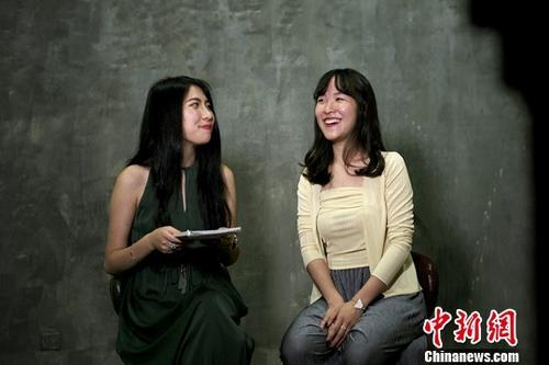 """近日,香港女生刘敏儿和北京女孩王陆瀛接受了记者采访。两人都来自两地家庭,刘敏儿父母分别来自香港、四川,王陆瀛妈妈是台湾人、爸爸是""""老北京""""。两人因在北京工作并参与创立photolomo摄影品牌而结识,并因共通的志趣、相投的个性成为闺蜜。记者 杨程晨 摄"""