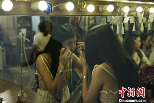 近日,香港女生刘敏儿接受了记者的采访。2016年9月至今,她参与创立的摄影品牌photolomo已在北京拥有3座影棚。该品牌以独特的配资官方网 创意但相对低廉的价格面向客户,计划将棚内摄影做成连锁服务。记者 杨程晨 摄